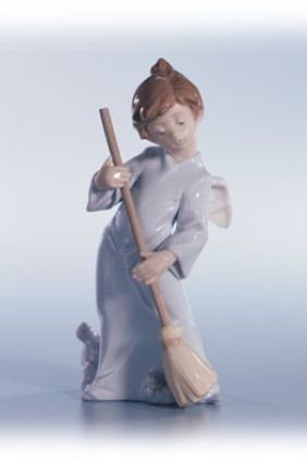 Comprar online Figura ángel barriendo de Lladró 5726