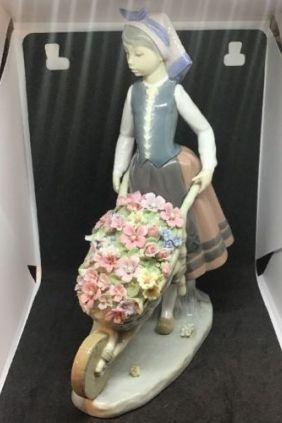 Comprar Figura mujer carretilla flores de Lladró 01419 online